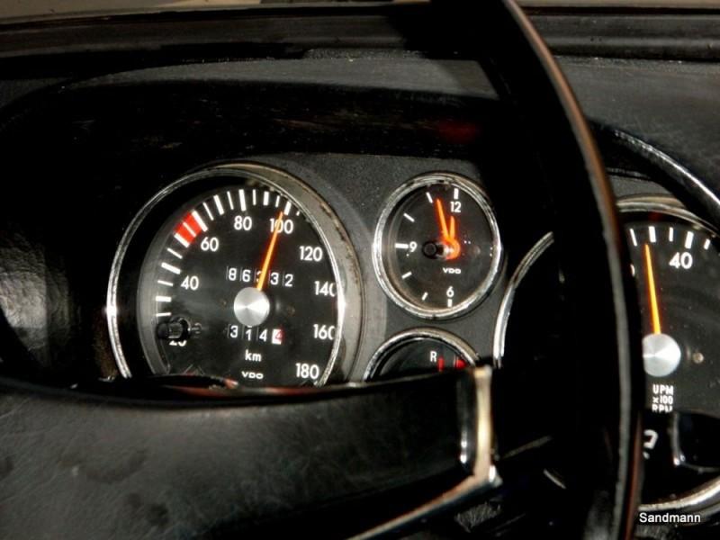 Zeitloses Cockpit - allein schon wegen der defekten Uhr.