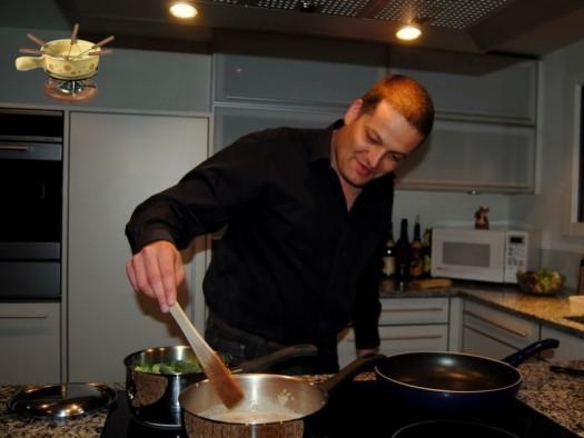 Der Maitre bereitet das Abendessen