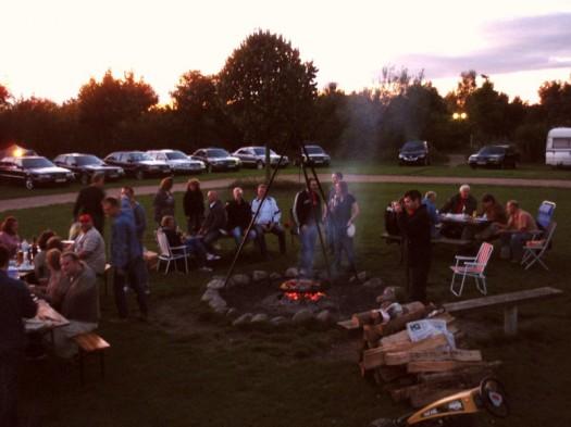 Die Gemeinde am abendlichen Feuer