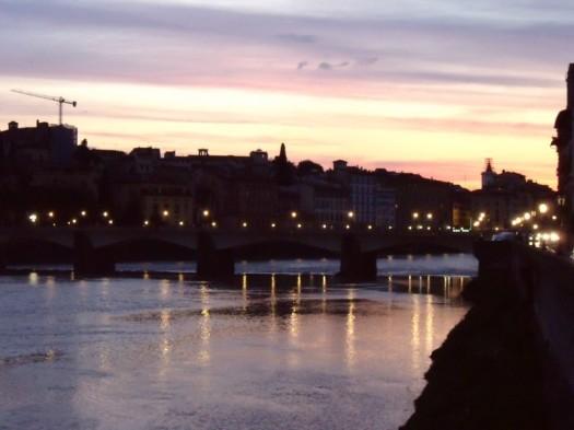 Der Fluss Arno im Abendlicht