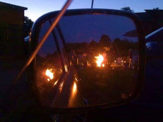 Lagerfeuer mit Friedenspfeiffen