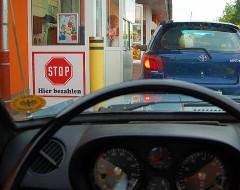 Fast-Food an der wartenden Menge vorbei