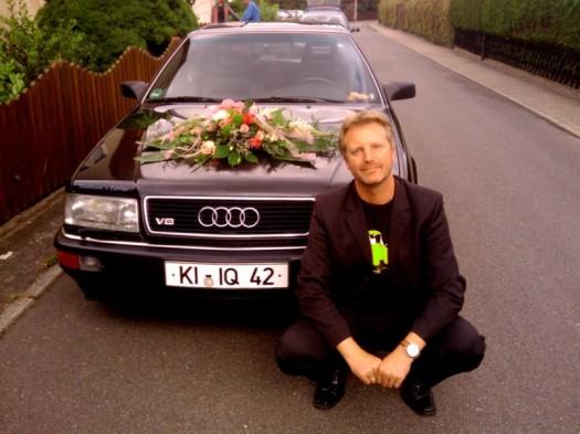 Ein Mann und sein Blumenauto