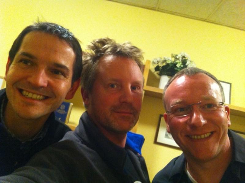 Drei Freunde auf dem Korridor