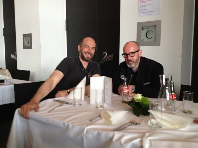 Coole Typen bei Tisch
