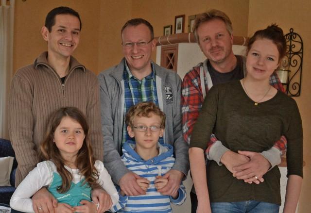 Männer mit ihren Kindern