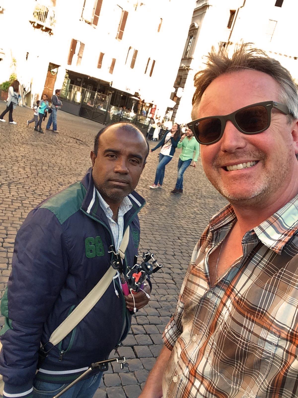 Selfie mit dem Selfie Stick Verkäufer
