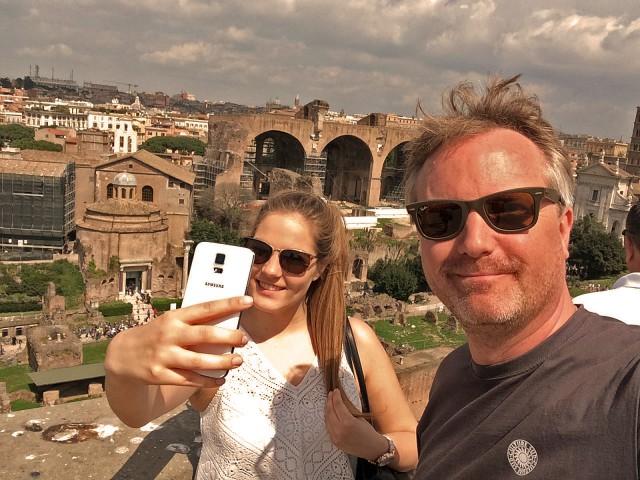 Selfie mit Selfie machender Tochter