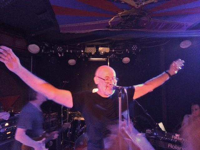 Peter Gabriel bewegt sich wie Dave Gahan