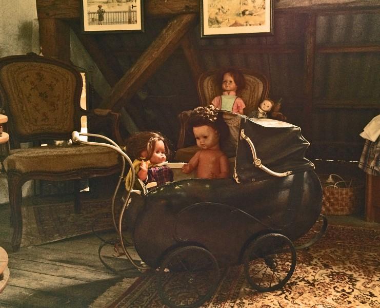 Die Puppenfamilie auf dem Dachboden