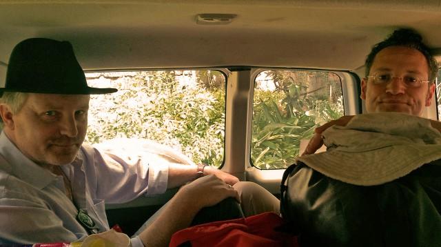Fröhliche Anreise im Familienauto