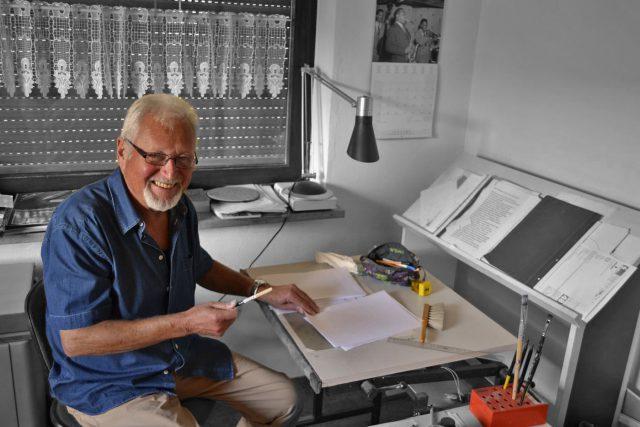 Ein Künstler a.D. an seinem Zeichentisch.