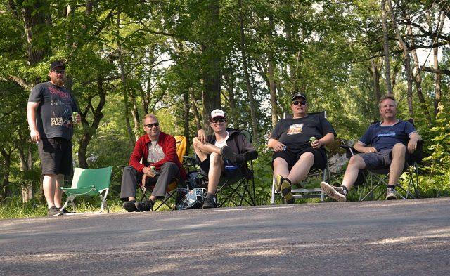 Fünf Männer am Straßenrand