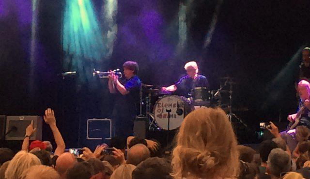Der Mann schreibt nicht nur, er singt und trompetet auch...