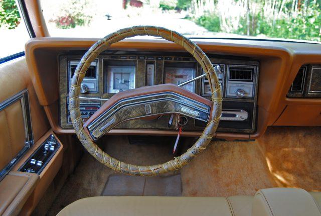 Ein Cockpit wie Omas Schrankwand. Mit Uhr von Cartier.