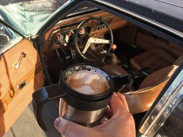 Milchkaffee eins von zehn. Und los.